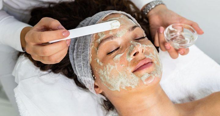 Medyczny peeling twarzy. Wskazania i przebieg terapii.