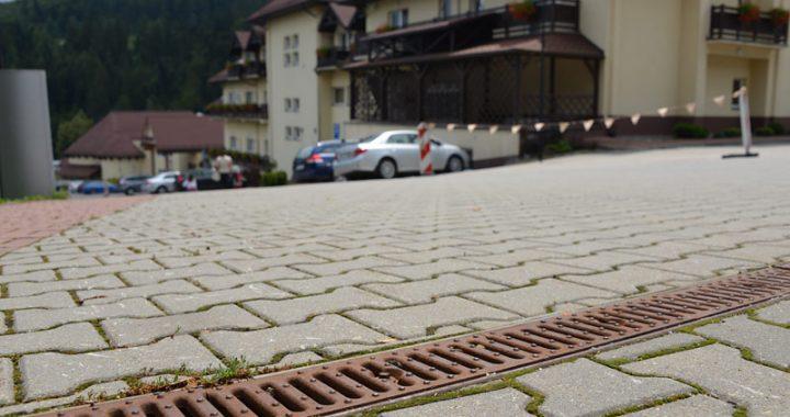 Odwodnienie liniowe z betonu – gdzie się przydadzą?