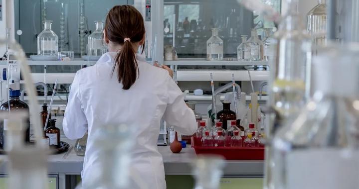 Meble laboratoryjne, czyli jak urządzić miejsce pracy naukowej