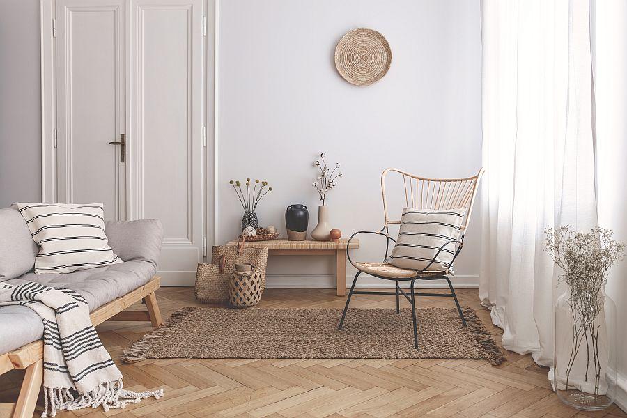 fotel rattanowy w salonie