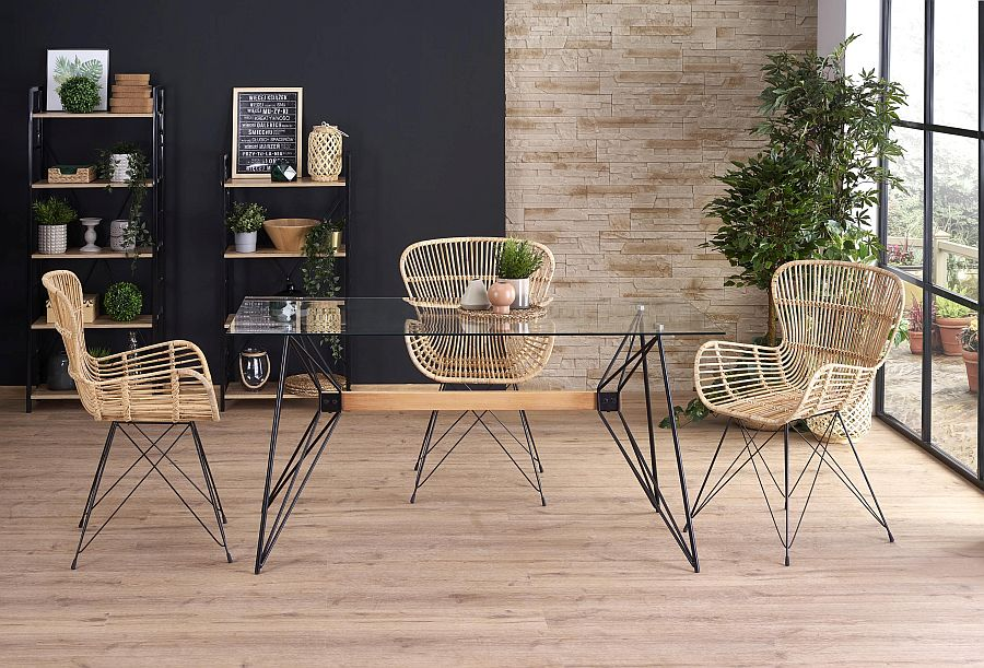 szklany stół z krzesłami rattanowymi