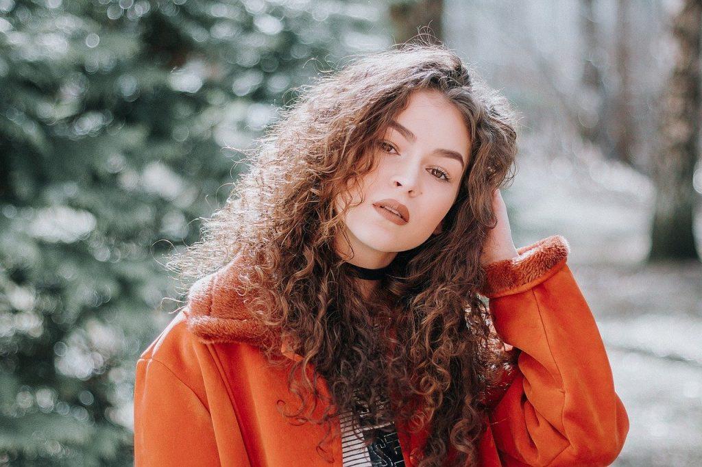 Dziewczyna po wizycie u trychologa w gabinecie medycyny estetycznej Derm-Estetyka w Gdyni