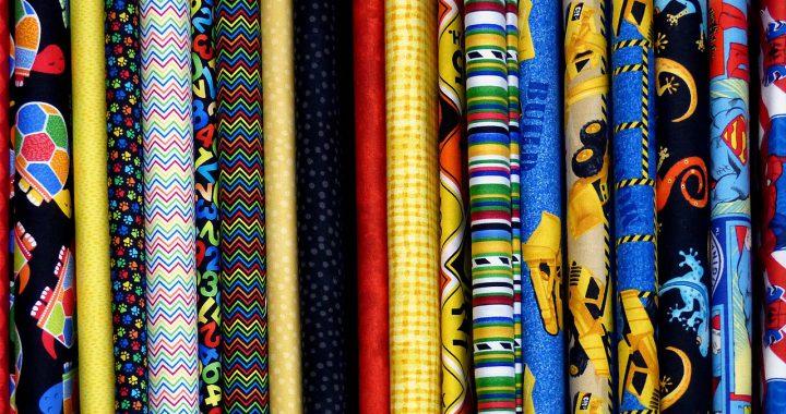 Które tkaniny gniotą się najmniej? Sprawdzone sposoby na mnące się ubrania.