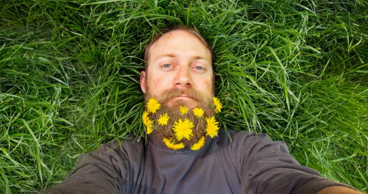Jak zadbać o suchą skórę pod brodą?