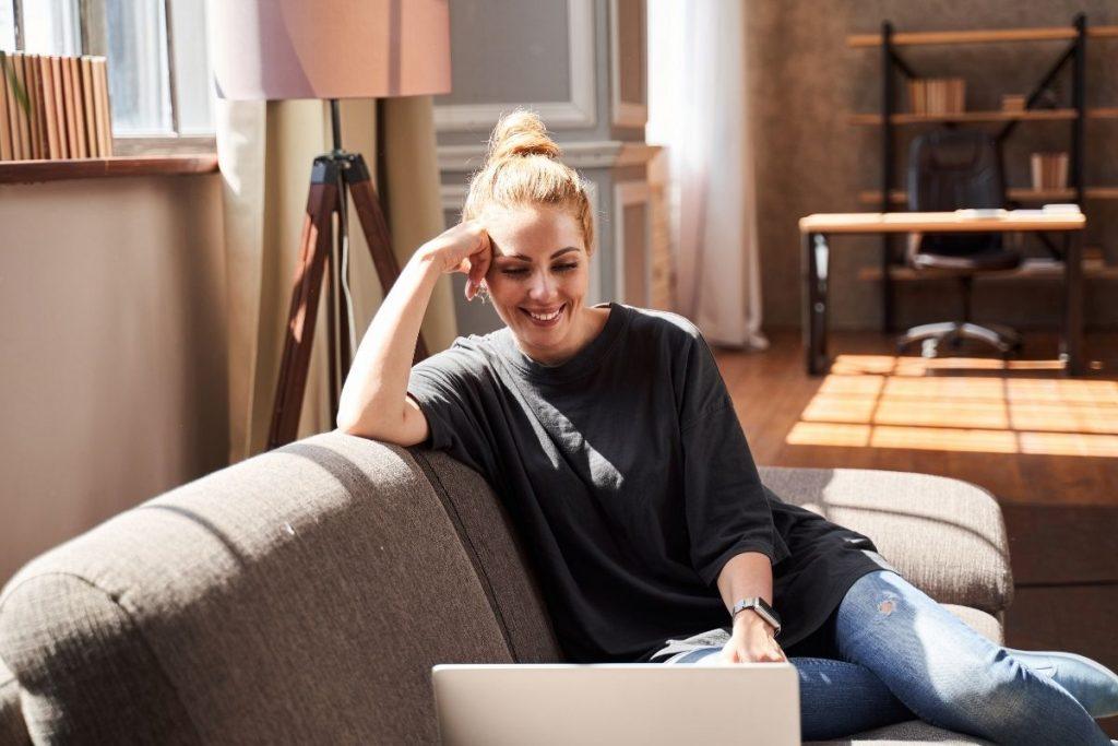 Kobieta podczas psychoterapii online prowadzonej przez Łódzką psycholog Wiolettę Kucharek